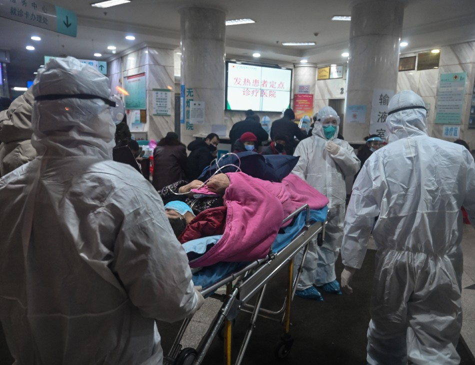 Agentes de saúde em hospital de Wuhan, na China,