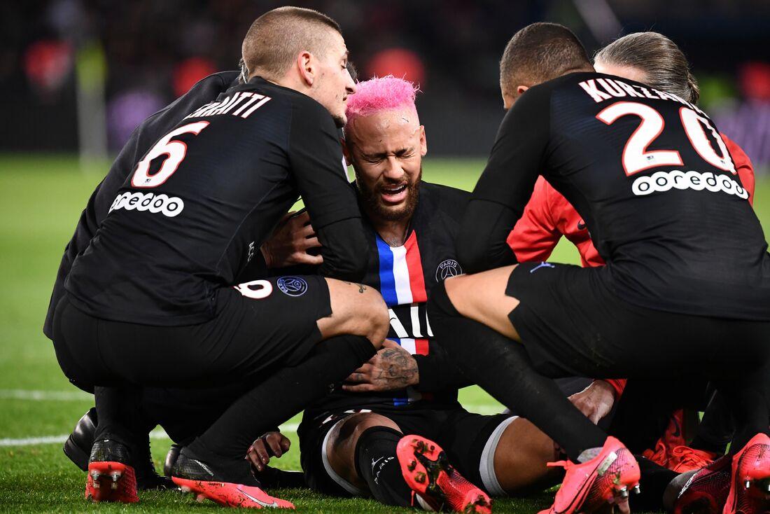 Neymar caído em campo em partida na França