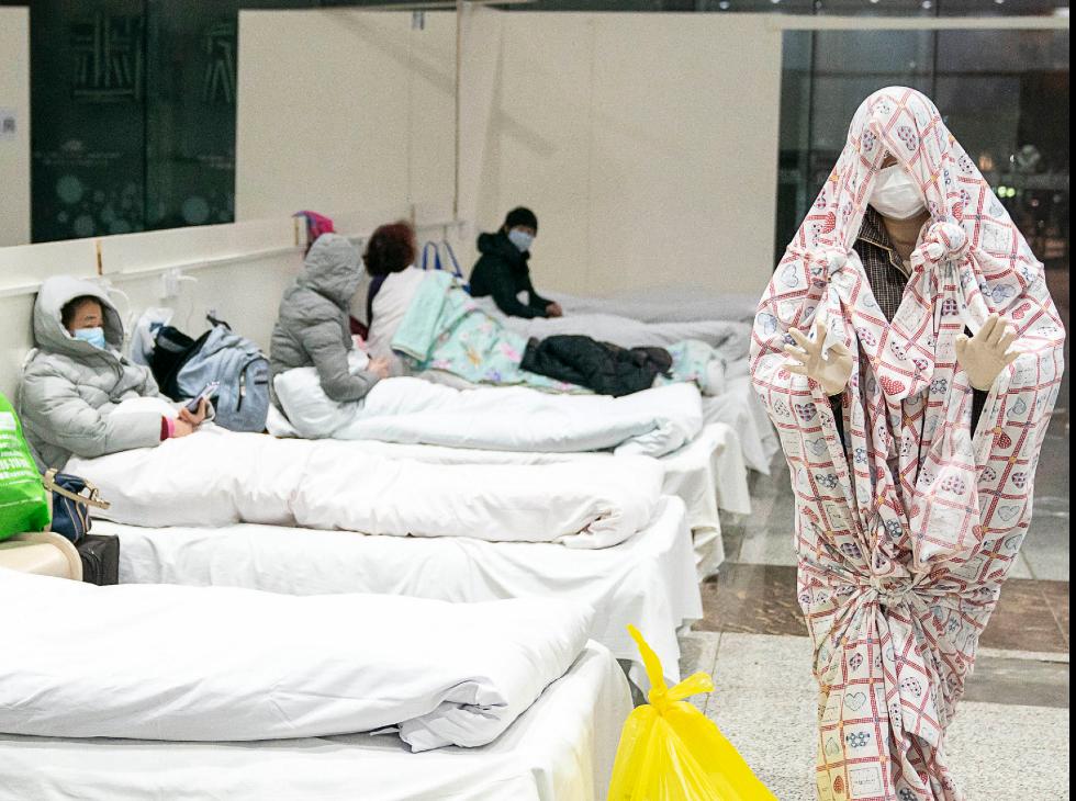 Pacientes em hospital improvisado em Wuhan