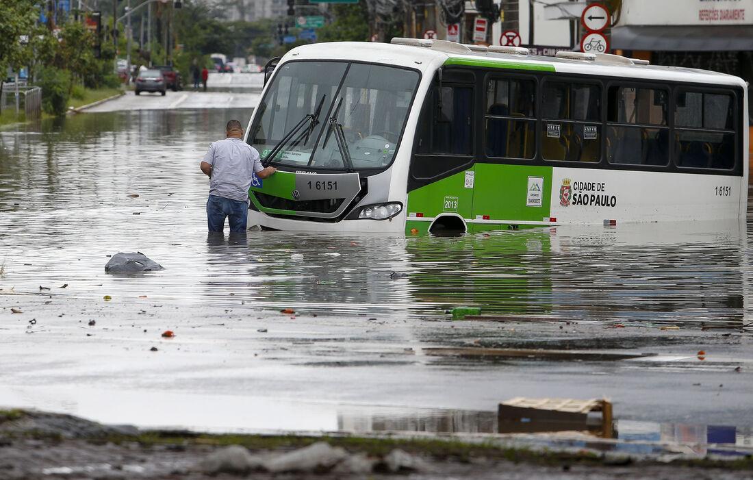Chuvas causam transtorno em São Paulo