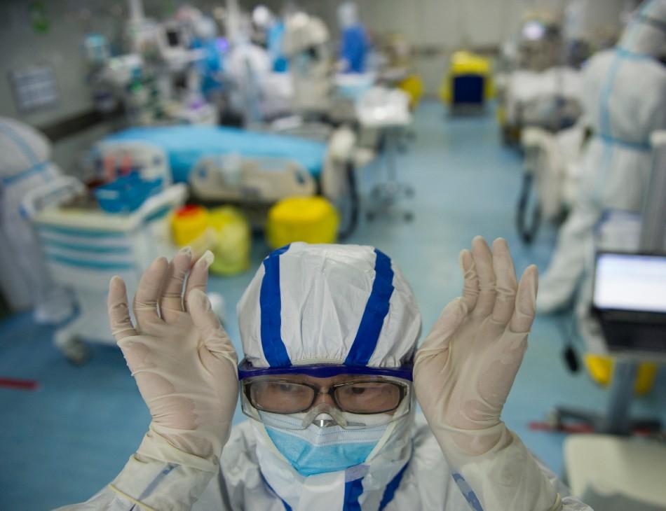 Em hospital de Wuhan, na China, enfermeira se prepara para tratar paciente diagnosticado