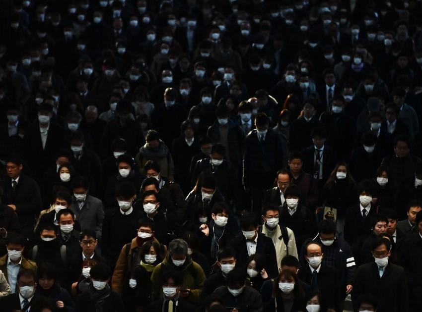 Uso de máscaras em estação de metrô no Japão