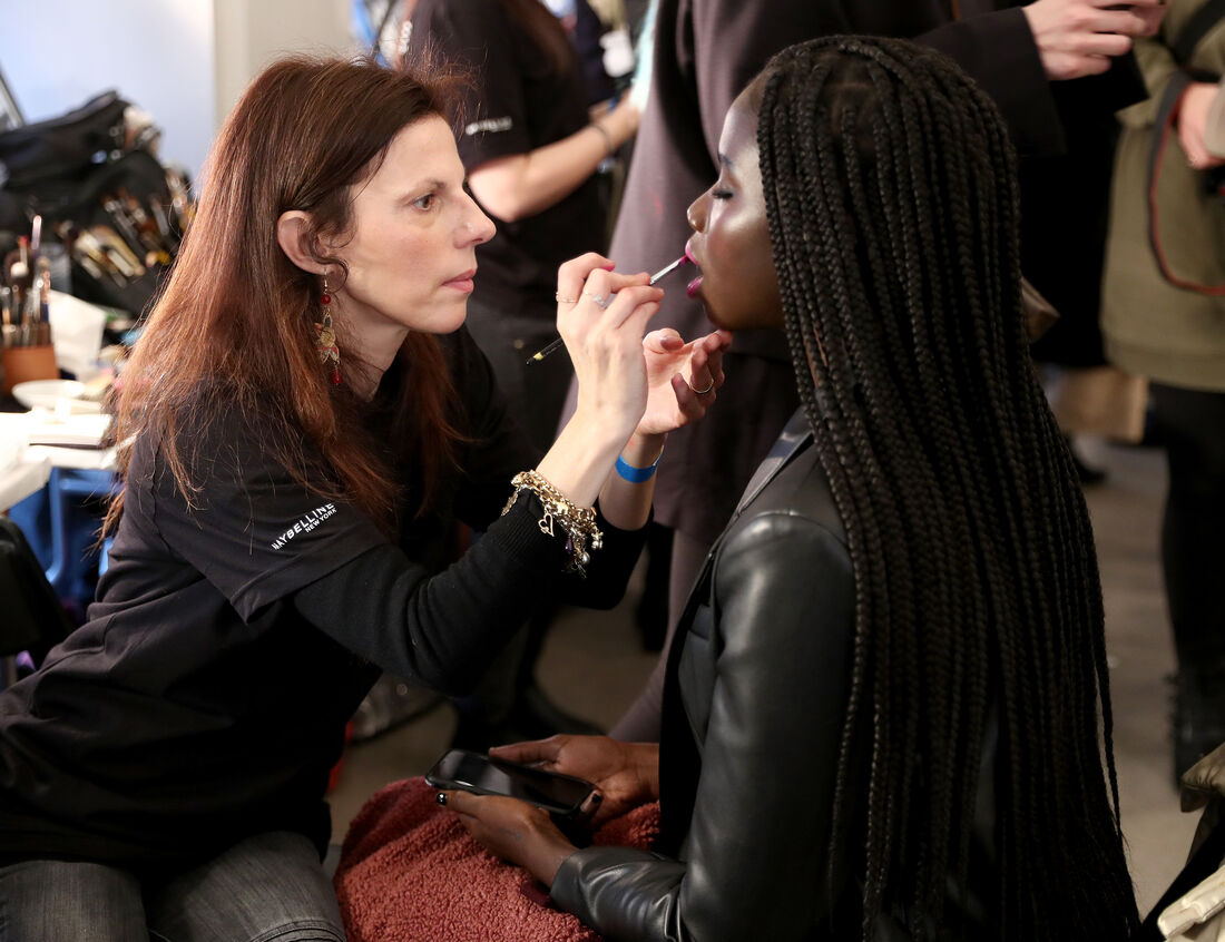 Modelo se preparando para desfile do New York Fashion Week