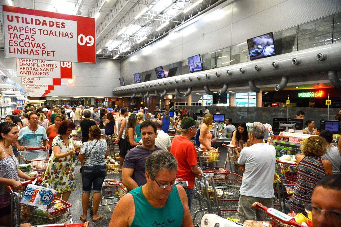 A inflação é medida pelo Índice Nacional de Preços ao Consumidor (INPC)