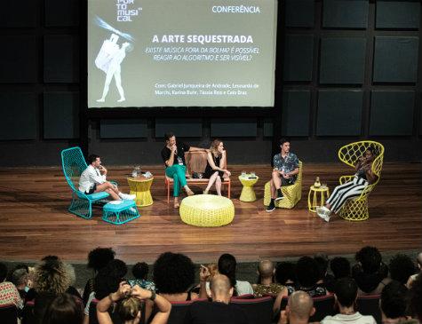 """A conferência """"A Arte Sequestrada"""", que aconteceu com Gabriel Junqueira de Andrade, Leonardo de Marchi, Karina Buhr, Tássia Reis e Caio Braz"""