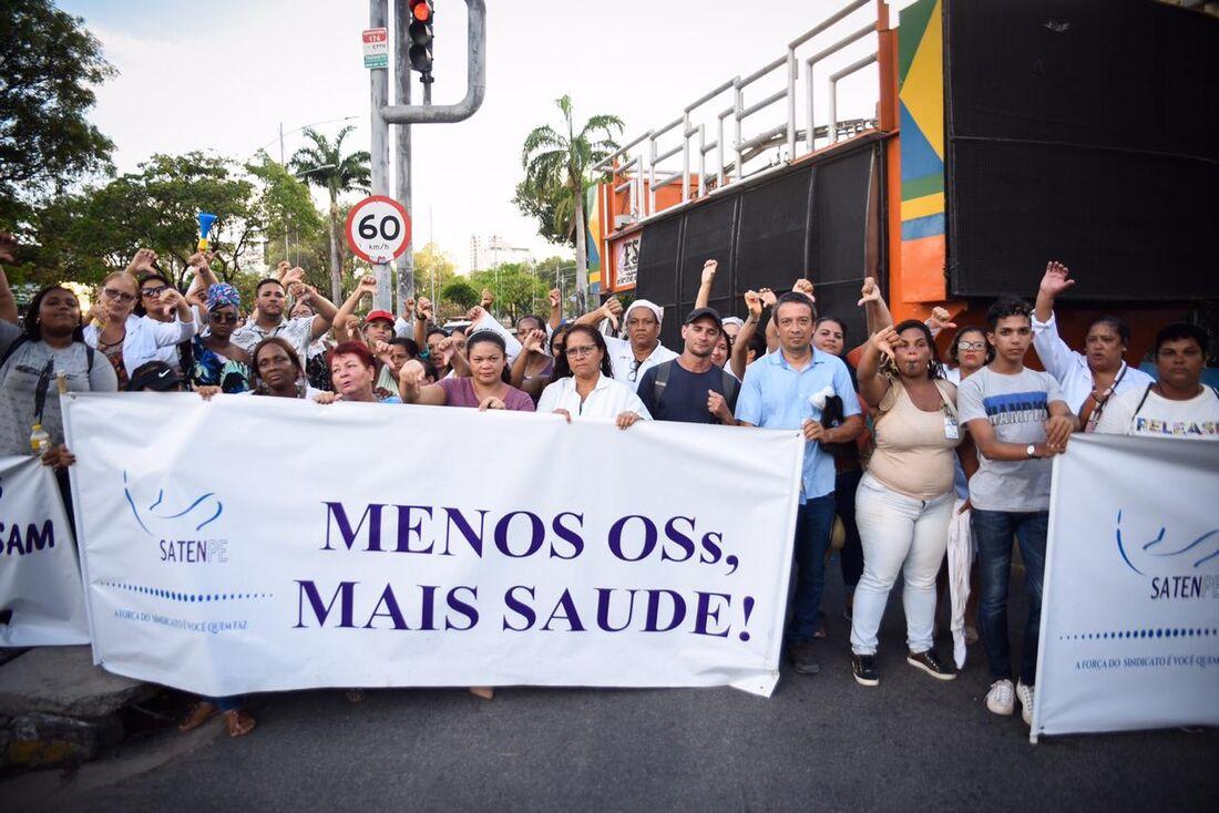 Protesto de enfermeiros causa congestionamento na Av. Agamenon Magalhães