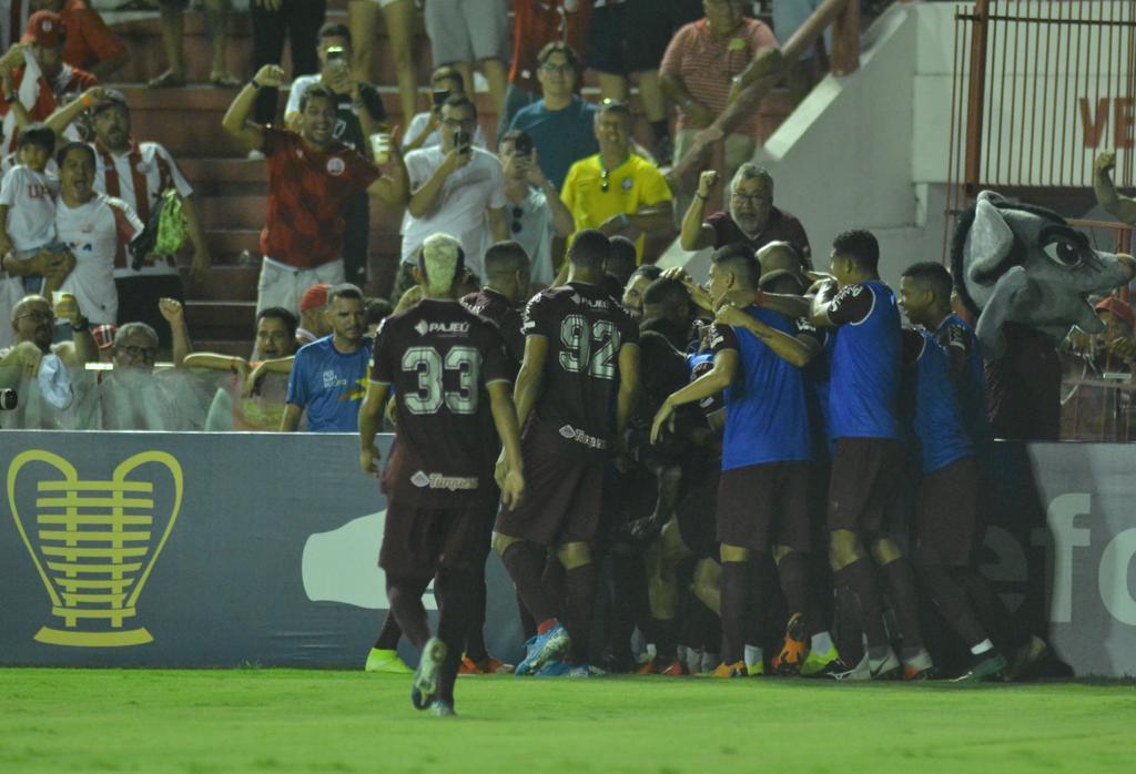 Jogadores do Náutico comemorando gol de Jean Carlos