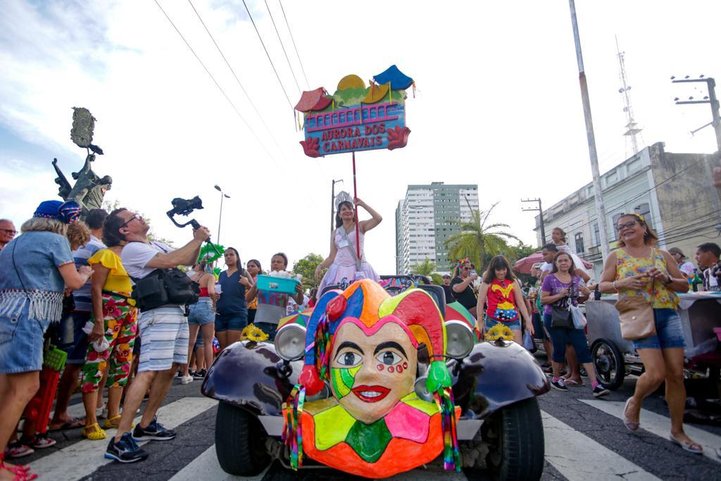 'Aurora dos Carnavais' desfilou seu lirismo neste domingo (09)