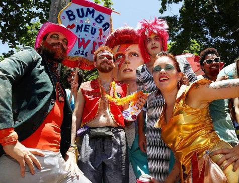 """""""Bumba Meu Bowie"""" desfila em Olinda há quatro anos"""