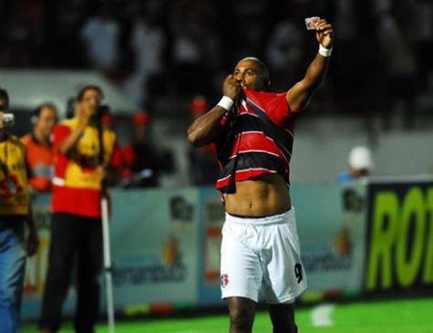 Brasão comemorando gol com a camisa do Santa Cruz