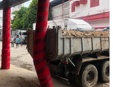 Caminhão bate em coluna de sustentação dos Aflitos