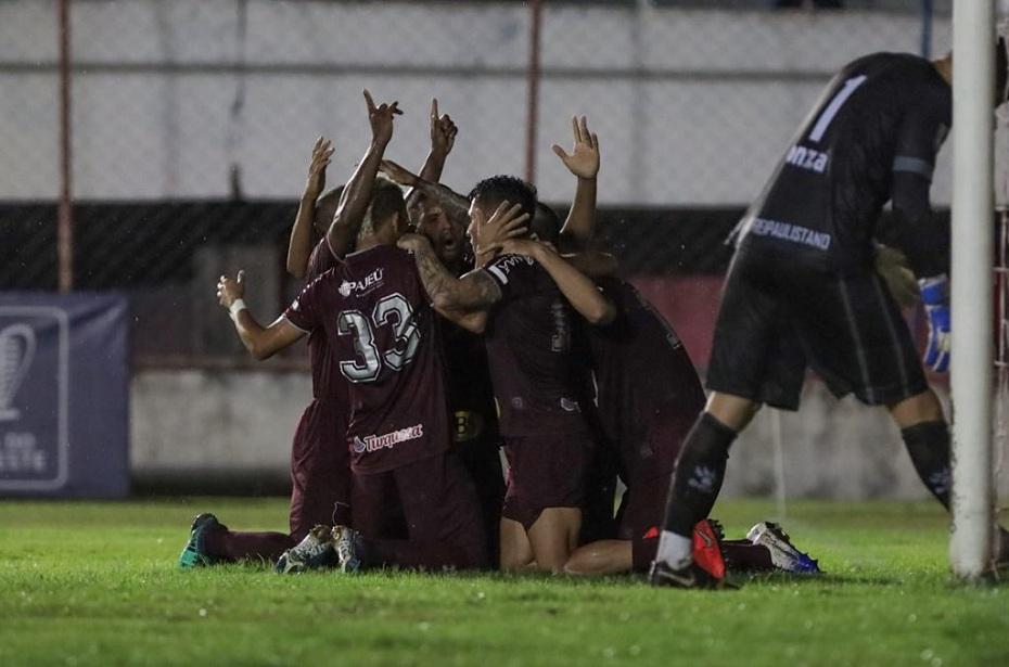 Jogadores do Náutico comemoram após o gol de Paiva