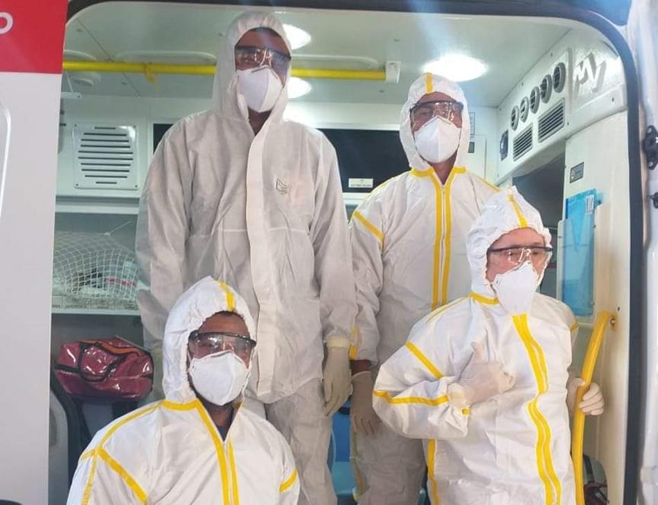 Técnicos do Samu Recife vestidos com EPIs durante transferência da paciente com suspeita de Covid-19
