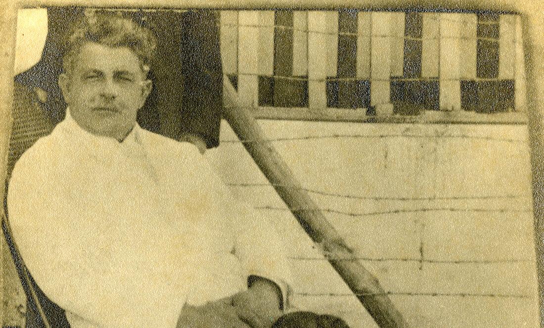 Delmiro Gouveia na varanda de sua casa na Vila da Pedra