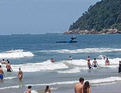 Monomotor cai na praia do Guarujá
