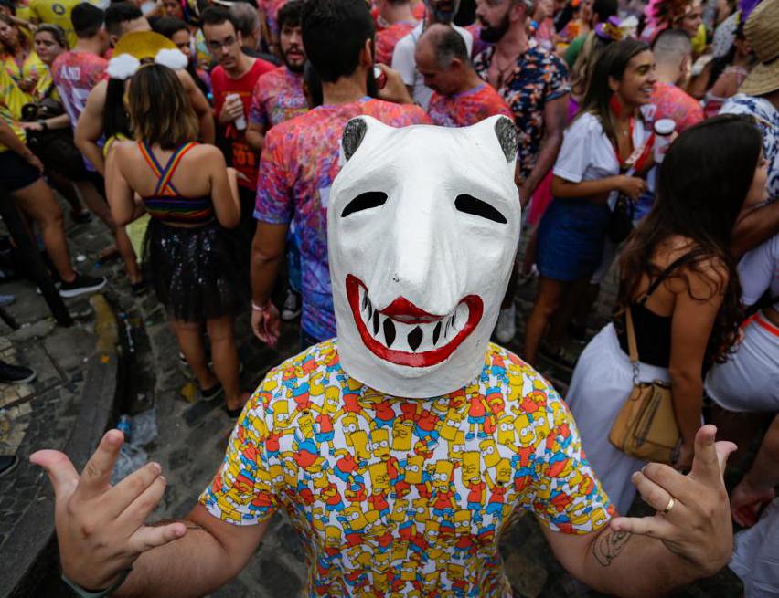 Homem fantasiado de La Ursa brincando o Carnaval do Recife