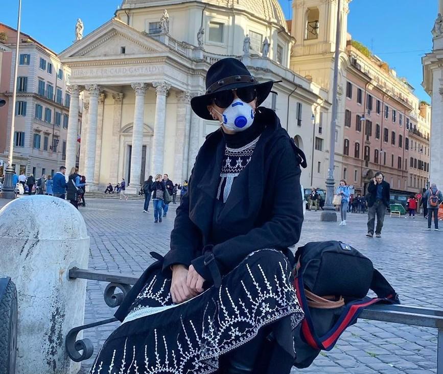 Adriane Galisteu posa com máscara, na Itália