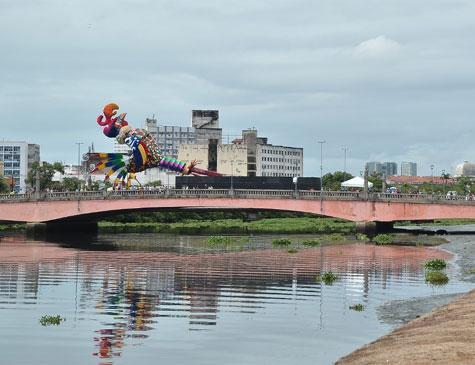 Galo gigante sendo erguido na Ponte Duarte Coelho