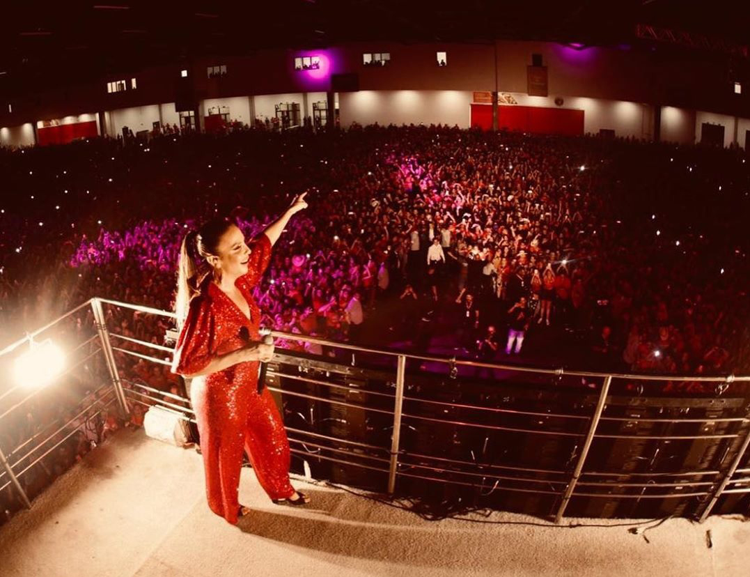 Ivete Sangalo realizando show