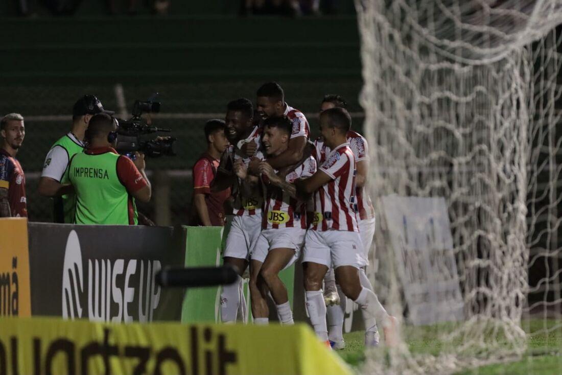 Jean Carlos comemora gol