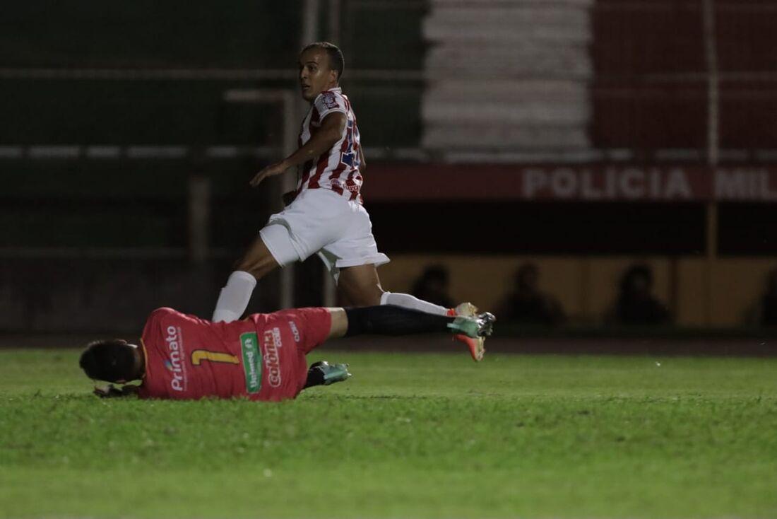 Matheus Carvalho comemora gol