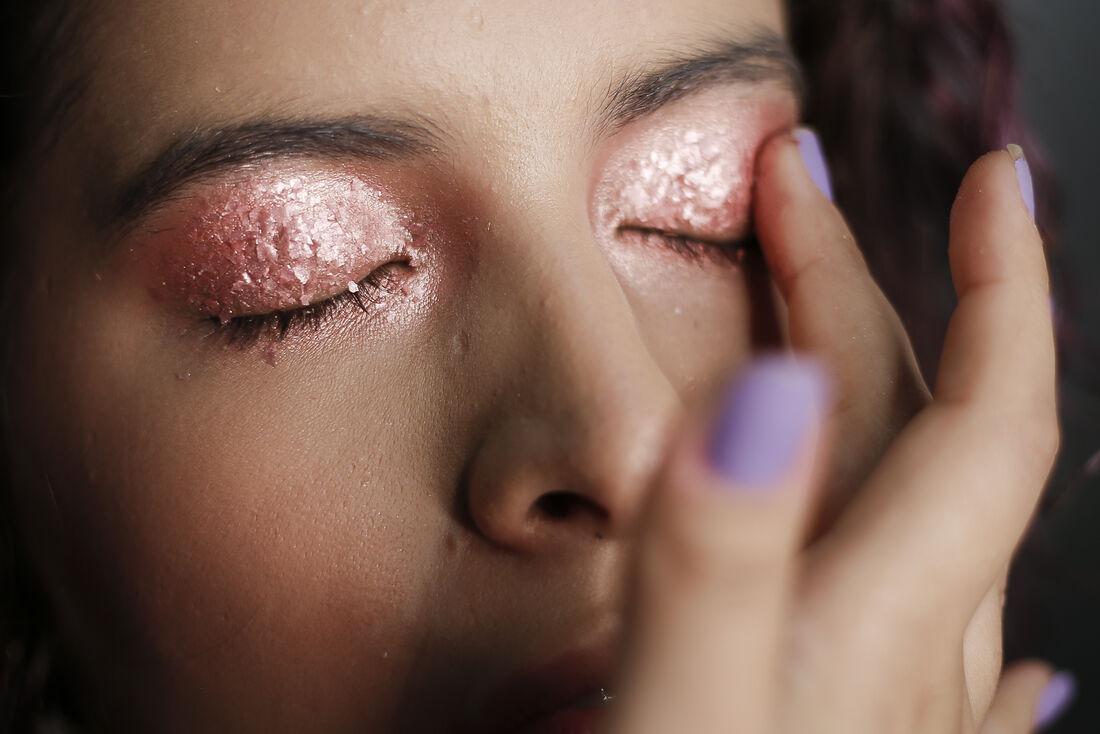 Aplicação de glitter na área dos olhos