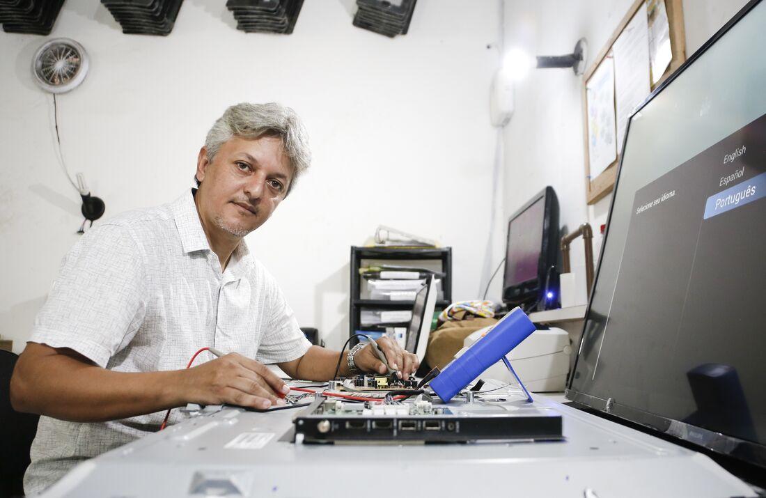 Após 12 anos trabalhando em um negócio de assistência técnica, o dono da Multimídia Eletrônica, Luciano Holanda, percebeu que precisava mudar de mercado