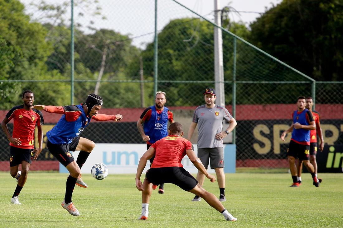Hernane Brocador durante treino comandado por Daniel Paulista