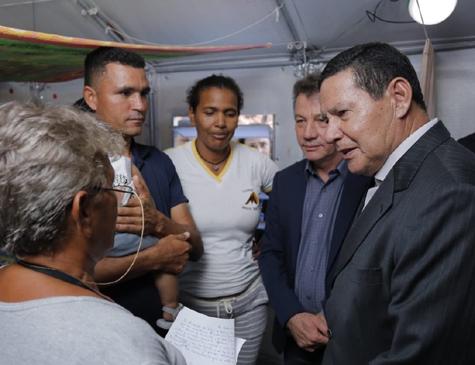 Hamilton Mourão em visita às instalações da Operação Acolhida