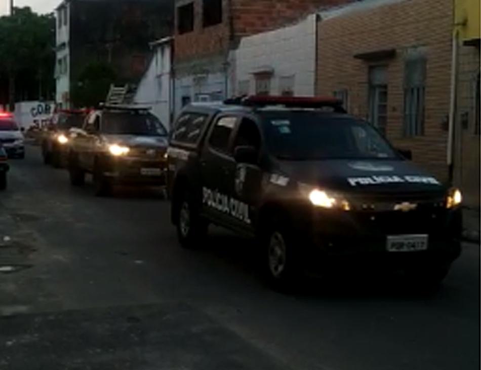 Policiais foram até as sedes das organizadas para cumprir mandados de busca e apreensão