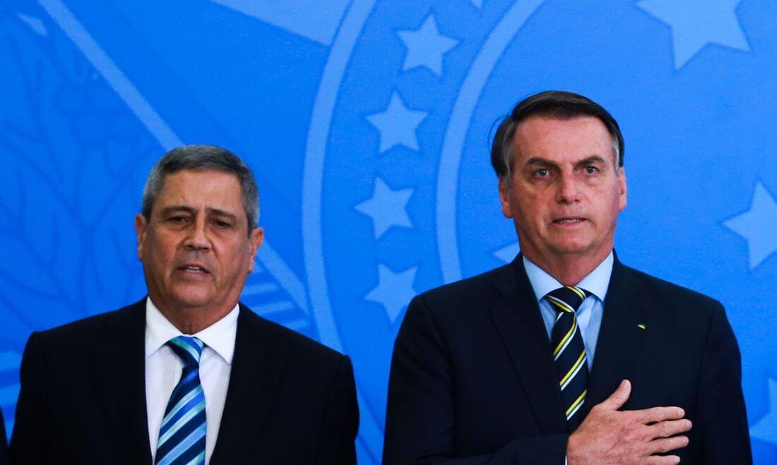 O presidente Jair Bolsonaro e o chefe da Casa Civil  ao general Walter Souza Braga Netto