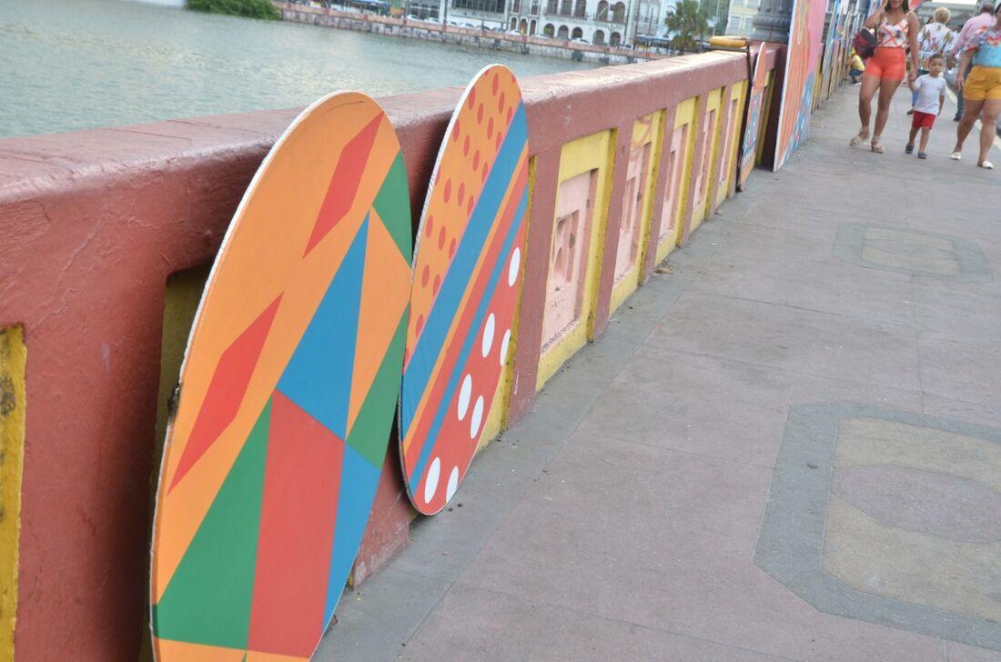 Estruturas da decoração na Ponte Maurício de Nassau foram jogadas no rio