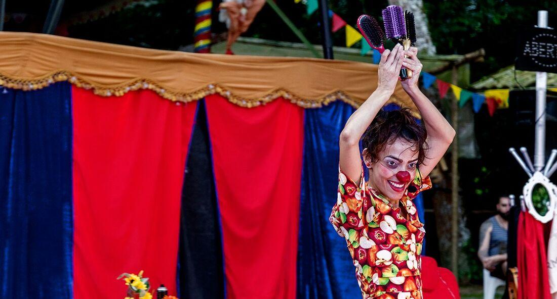 Mulheres circenses apresentam espetáculo no Recife