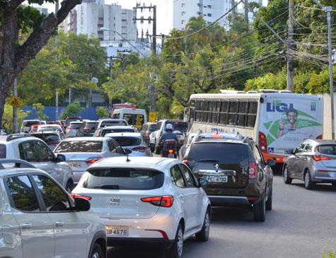 Trânsito na avenida Rui Barbosa, no Recife