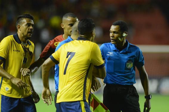 Jogadores do Retrô cercam árbitro José Woshington após ele validar gol de Hernane