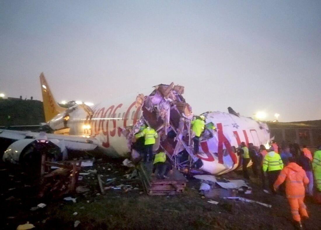 Imagens mostram a fuselagem do avião dividida em duas partes
