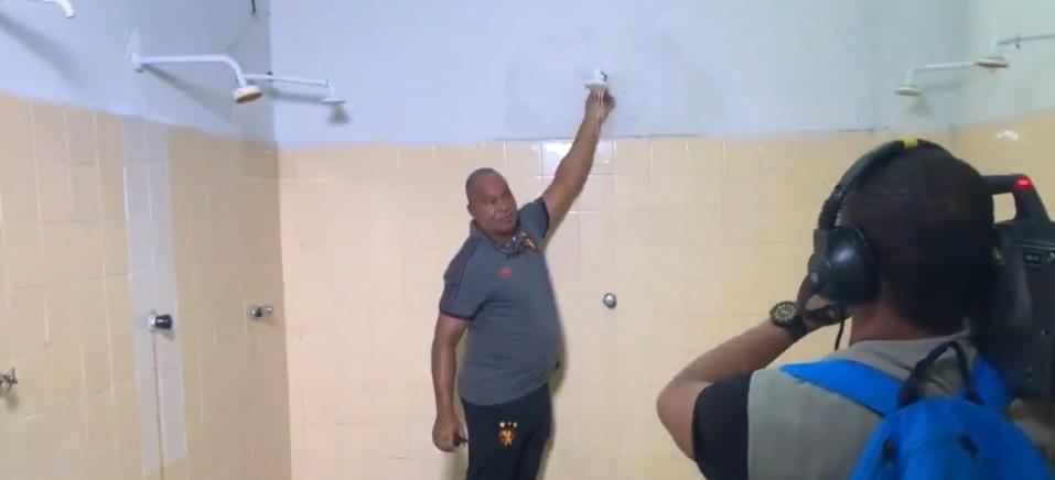 Vestiário utilizado pelo Sport, em Caruaru, estava abandonado