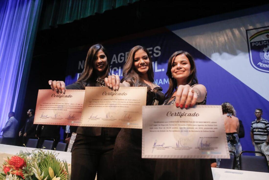 Jéssyca Karollynne Moreira da Silva, que obteve nota 84,18, ladeada por Christiane Barbosa Fialho do Nascimento (direita) e Aline Oliveira dos Santos (esquerda)