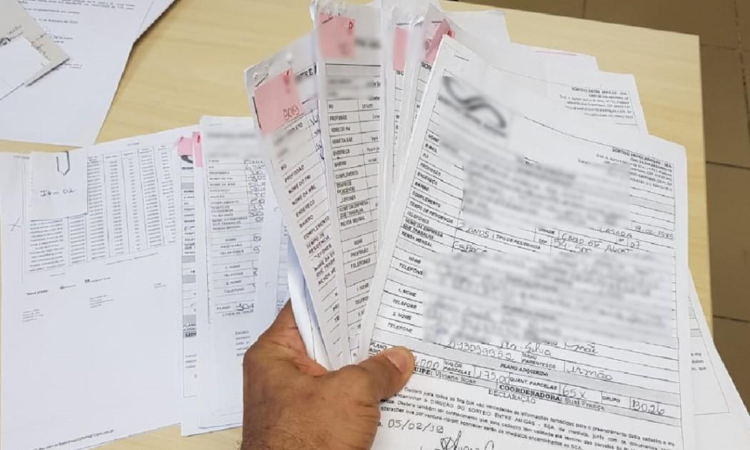 Agentes da PF apreenderam, entre outros objetos, contratos de adesão