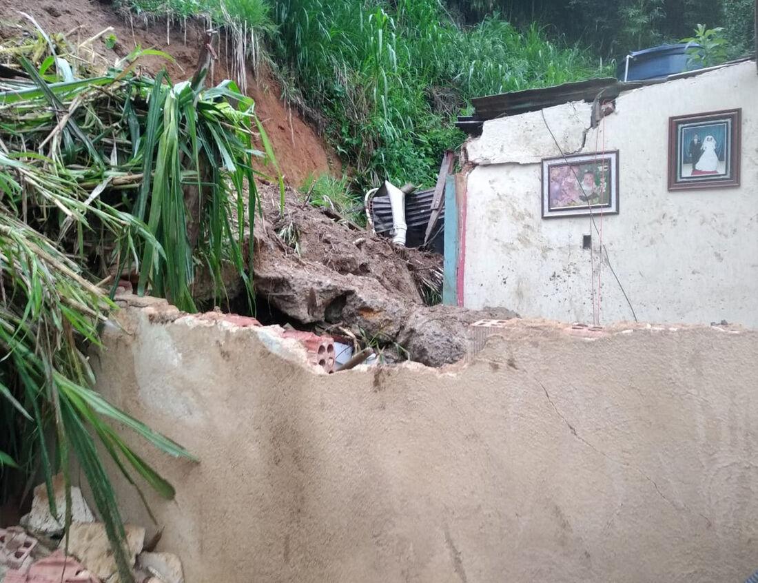 Queda de barreira que atingiu casa em Petrópolis