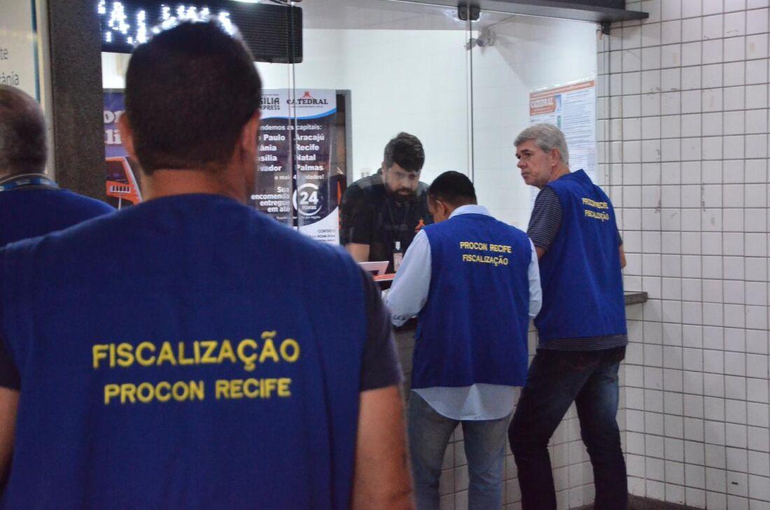 Fiscalização do Procon Recife nas empresas de viagens do TIP.