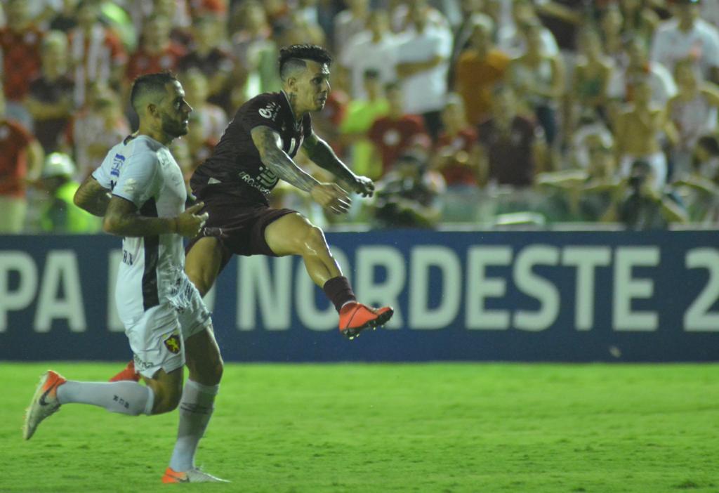 Jean Carlos fez um golaço e ampliou o marcador nos Aflitos