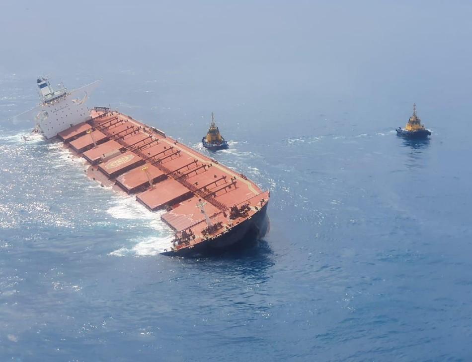 Navio com minério de ferro corre risco de afundar