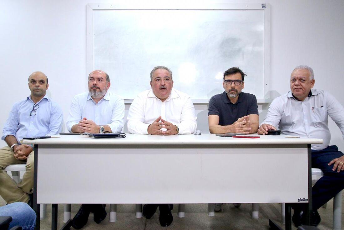 André Longo, secretário de Saúde de Pernambuco (centro), comandou coletiva nesta quarta (26)