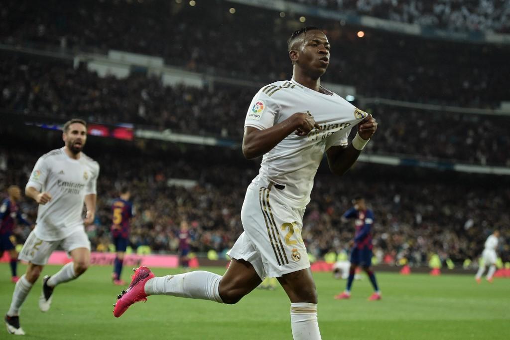 Vinicius Júnior comemora gol marcado contra o Barcelona