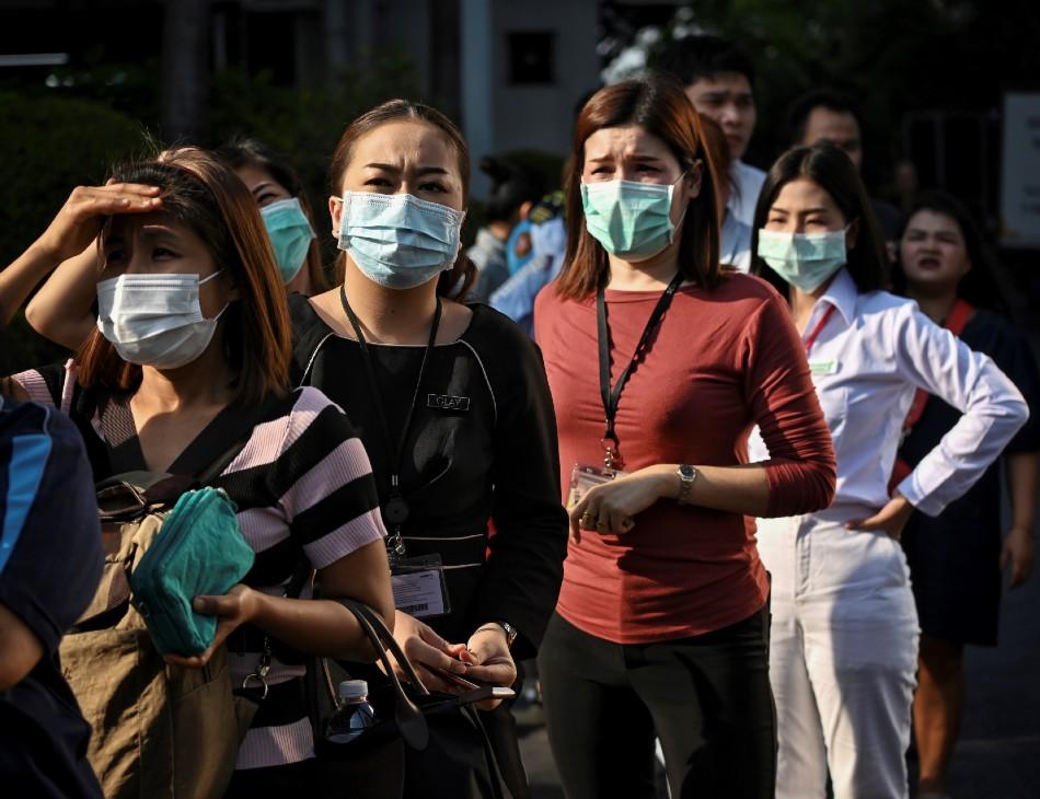 Pessoas fazem fila para comprar máscaras de proteção