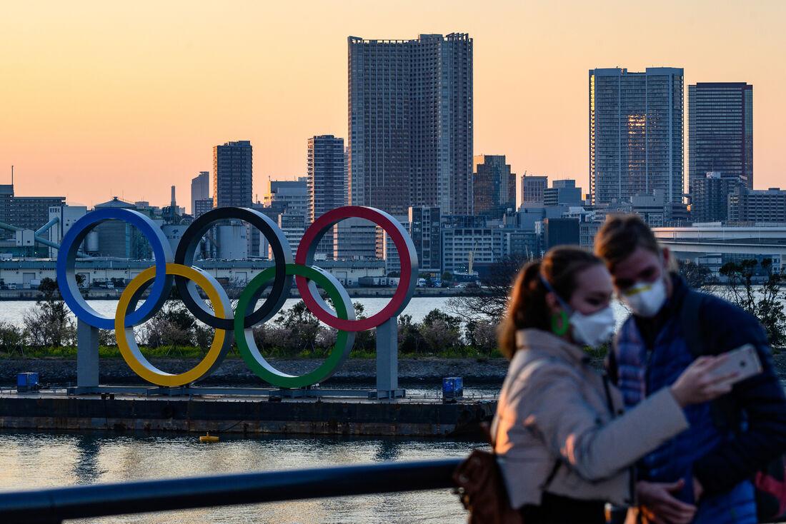 Aros olímpicos em ponto turístico de Tóquio