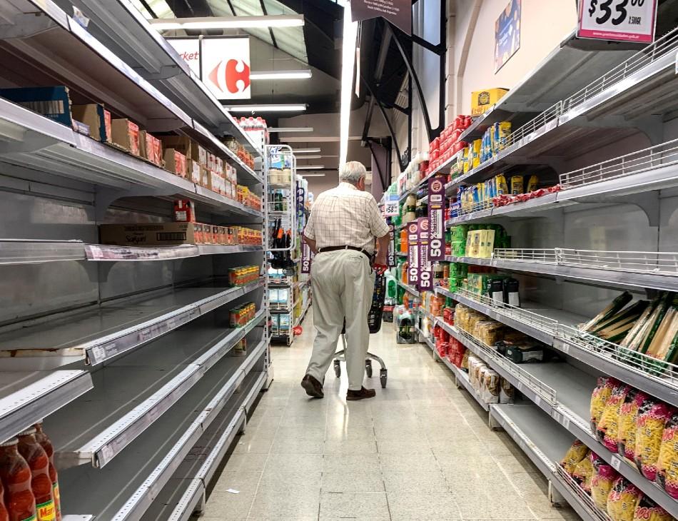 Com epidemia do coronavírus, supermercados de Buenos Aires estão de prateleiras vazias