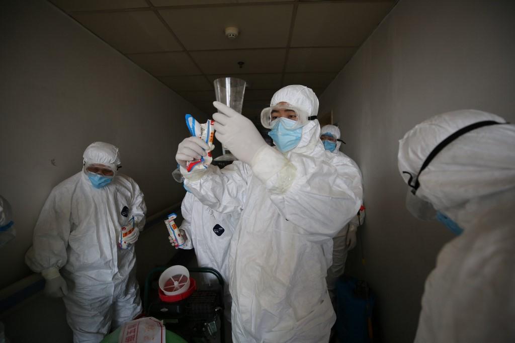 Funcionários se preparam para desinfetar quartos de hospital em Wuhan, na China