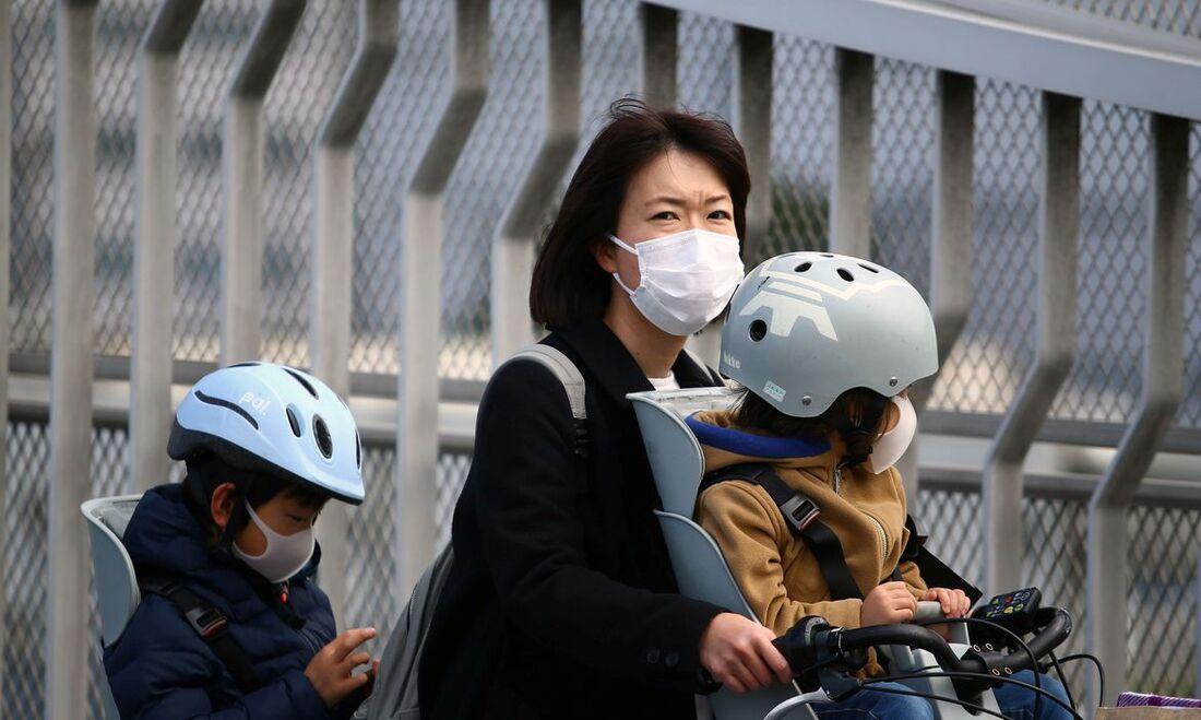 Japoneses se protegem do novo coronavírus